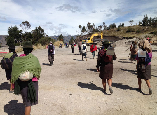 Picture 1: The community starts for a day of work in the irrigation water project in Ecuador.